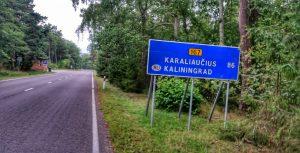 Straßenschild Fahrradweg nach der Grenze zur Oblast Kaliningrad