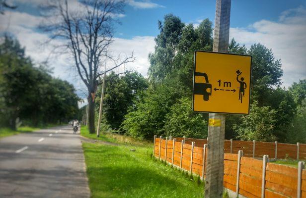 Abstand Schild 1 Meter gesehen in Polen auf dem Eurovelo 10