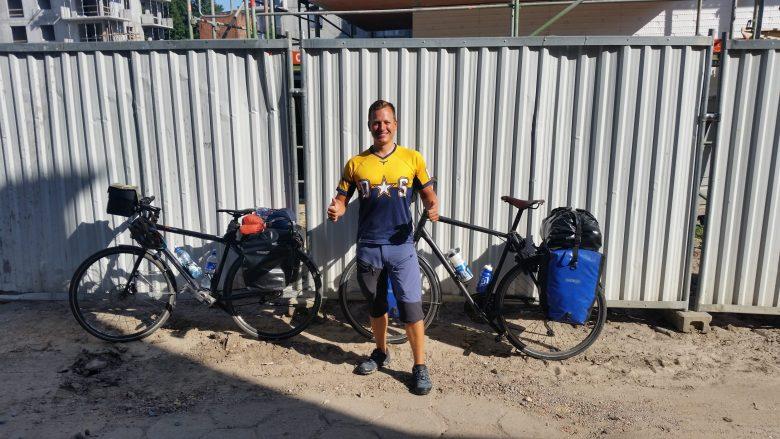 Danzig vor Hostel mit zwei Fahrrädern Tim Rad Sabbatical