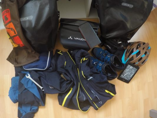 Gepäck zu Beginn der Radreise. Mithilfe der Packliste wird nichts vergessen. Der Inhalt muss in 2 Backpacker Taschen und einer Lenkertasche verstaut werden.