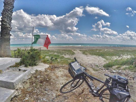 Italien Küste Flagge Fahrrad Meer Strand Radreisen Fahrradfahren Radfahren